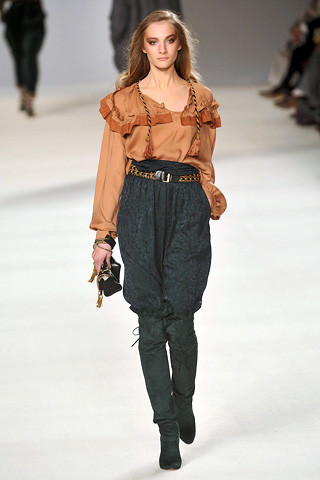 chloe-fall-fashion-2009-015_runway Speaking of Harem Pants...